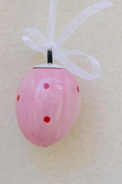 Osterei rosa mit roten Punkten