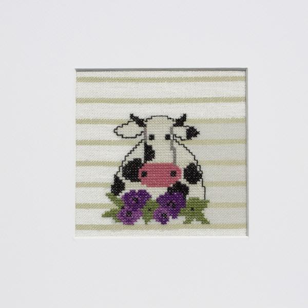 Stickpackung Kuh im Blumenfeld